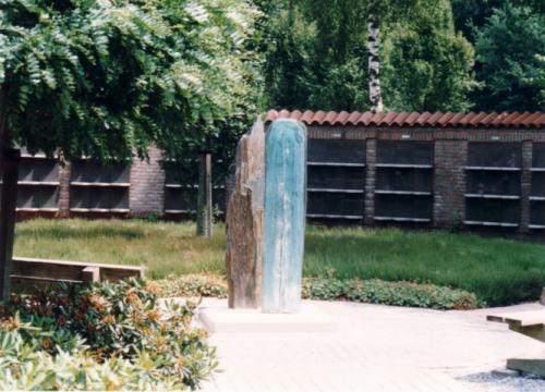 Monoliet, aangekocht door gemeente Helden, geplaatst bij colombarium algemene begraafplaatst Heiderust