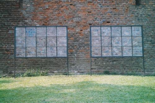 Spiral wall, 1e prijs Glas in historisch licht 2002 Horn, glas, metaal, zand, 2 keer 200 x 150 x 5 cm
